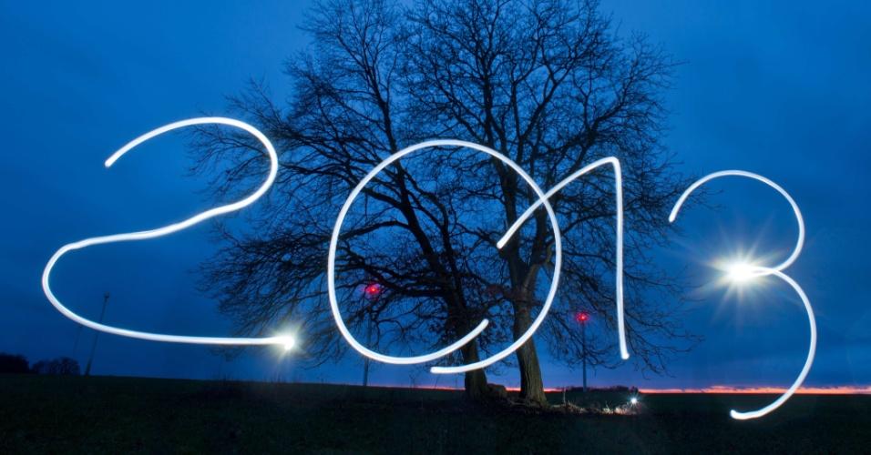 27dez2012---tochas-eletricas-formam-2013-em-comemoracao-a-chegada-do-ano-novo-em-sieversdorf-na-alemanha-1356612726076_956x500