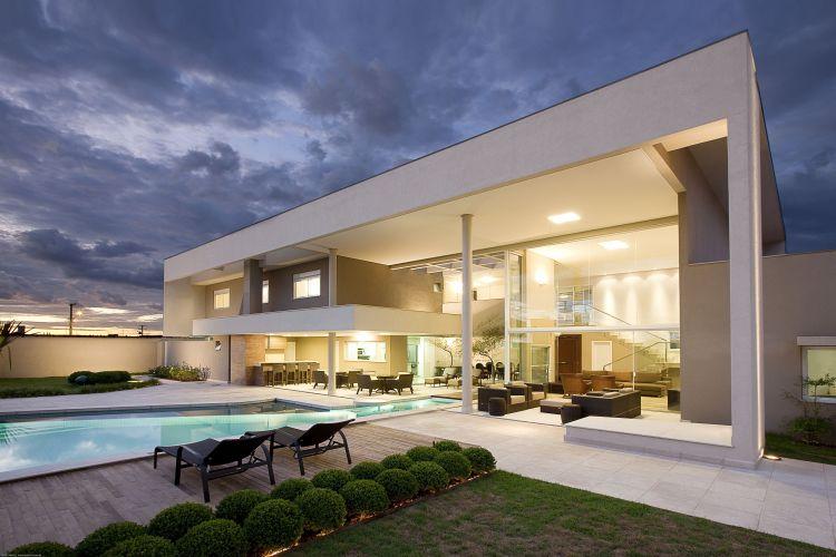Projeto em Campo Grande (MS) tem como ponto central a piscina, que se estende tanto pela área externa .quanto interna da casa,