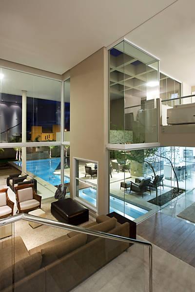 O deque é de madeira e a borda da piscina de pedra, ambas conferem conforto térmico.