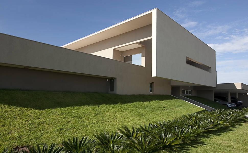 A fachada foi construída sobre um talude de grama.
