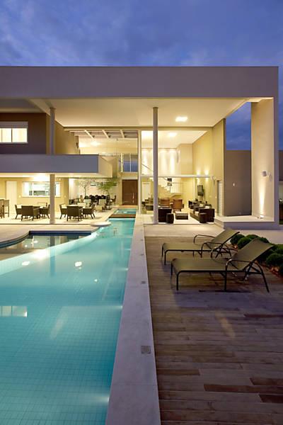As paredes de vidro são responsáveis pela entrada de luz natural e promovem um visual sofisticado a noite.