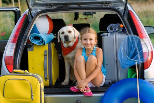 criança feliz de férias