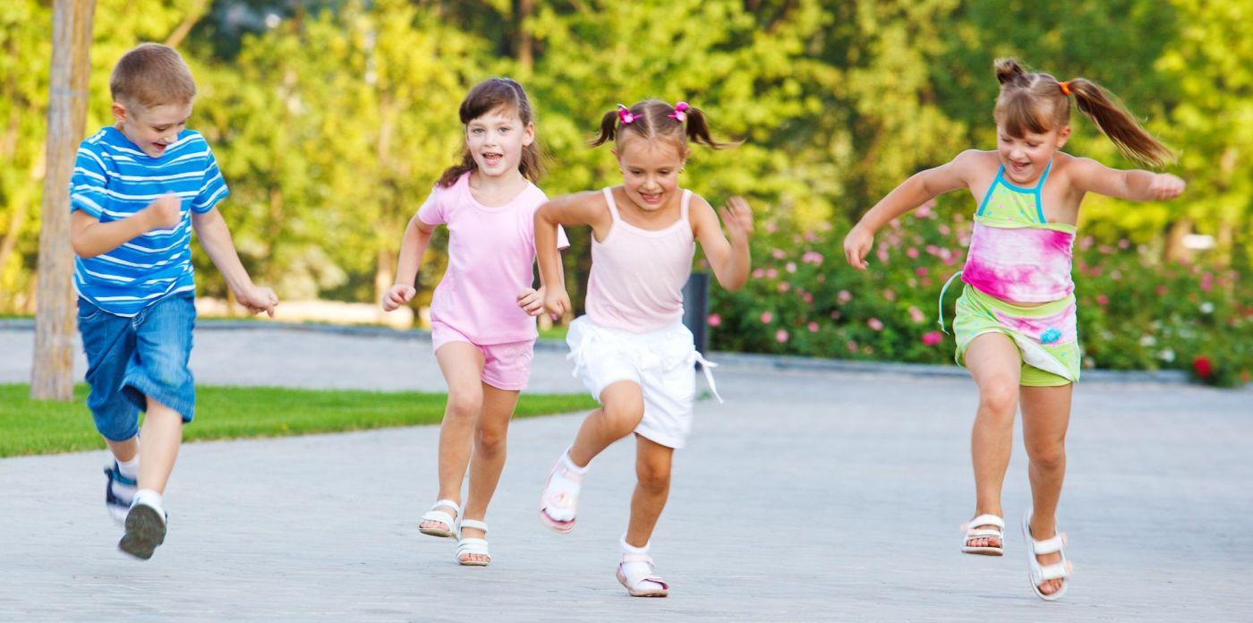 crianc%cc%a7as-correndo-livre